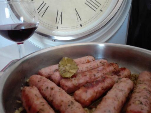 salchichas al vino tinto con cebolla